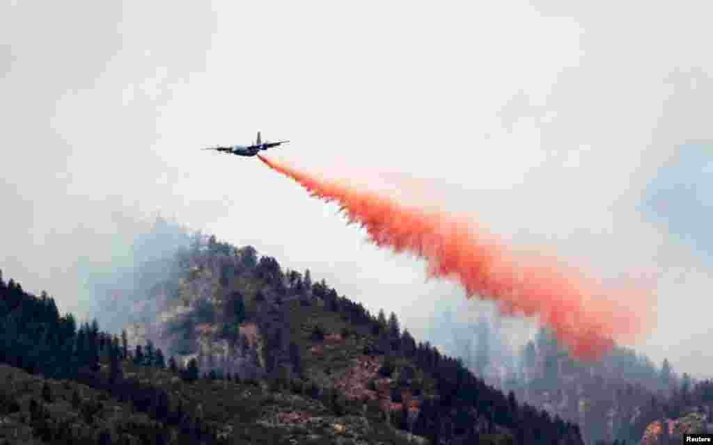 Vojni teretni zrakoploc tipa C-130 izbacuje tisuće litara kemikalije za gašenje na kanjon Waldo