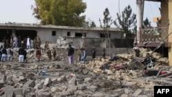 18일 자살 폭탄 공격이 발생한 아프가니스탄 헬만드 주 정부 건물에서 군인들이 사건 현장을 수색하고 있다.