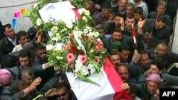Truyền hình nhà nước chiếu cảnh người đưa tang mang quan tài của một trong các nhân viên an ninh Syria thiệt mạng khi họ bị phục kích trong khi đang đi tuần tra gần Banias