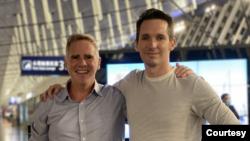 澳广驻京记者比尔·博图斯Bill Birtles(右)与澳大利亚金融评论驻沪记者迈克·史密斯Mike Smith(源自澳广记者博图斯的推特账户)