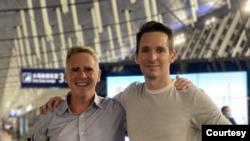 澳廣駐京記者比爾·博圖斯Bill Birtles(右)與澳大利亞金融評論駐滬記者邁克·史密斯Mike Smith2020年9月8日在機場(源自澳廣記者博圖斯的推特賬戶)
