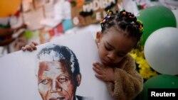 南非儿童手持曼德拉像,祝他早日康复