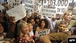 Khoảng 100 người biểu tình tại trung tâm hội nghị biến đổi khí hậu ở Durban, Nam Phi, 9/12/2011