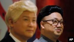 香港演员陈鸿进(Chan Hung-chun)和龙贯天(Lung Koon-tin)分别扮演朝鲜领导人金正恩和美国总统特朗普,在宣介即将上演的《粤剧特朗普》的新闻发布会上亮相。(2019年3月1日)