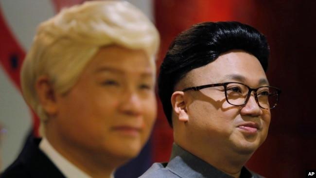 香港演員陳鴻進(Chan Hung-chun)和龍貫天(Lung Koon-tin)分別扮演朝鮮領導人金正恩和美國總統特朗普,在宣介即將上演的《粵劇特朗普》的新聞發布會上亮相。 (2019年3月1日)