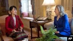 Birma muxolifati yetakchisi Au San Su Chi Vashingtonda AQSh Davlat kotibasi Xillari Klinton bilan uchrashmoqda, 18-sentabr, 2012-yil.