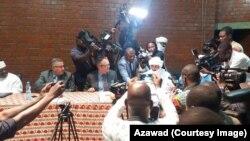 Cérémonie de signature du cessez-le-feu entre l'ex-rébellion à dominante touareg dans le nord du Mali et les groupes armés soutenant le gouvernement à Bamako, Mali, 20 septembre 2017. (Facebppk/Azawad)