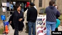Los votantes acudieron a las urnas el tres de noviembre para elegir dos gobernadores, alcaldes y autoridades intermedias.