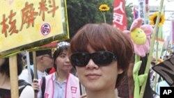 一位胸前写着反核标语的女子在台北参加游行