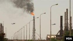 Fasilitas penyulingan minyak terbesar Irak di kota Baiji, utara Baghdad.