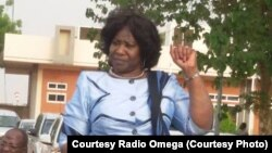Mme Sankara Sankara à son arrivée à l'aeroport de Ouagadougou, jeudi 14 mai, 2015. Courtesy Radio Omega
