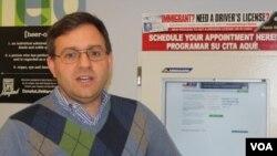 Pablo Blank de Casa de Maryland explica cómo funcionan los kioskos gratuitos y en español para conseguir una cita en el MVA.
