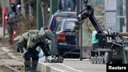 پلیس بلژیک در حال خنثی کردن یک جلیقه انفجاری یافت شده در جریان عملیاتی در محله شائربیک بروکسل - ۶ فروردین ۱۳۹۵