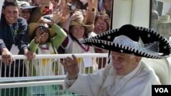 Paus Benediktus XVI dengan mengenakan topi khas Meksiko 'sombrero' melambai kepada warga Meksiko sebelum acara Misa di Taman Bicentennial dekat kota Silao, Meksiko (25/3).