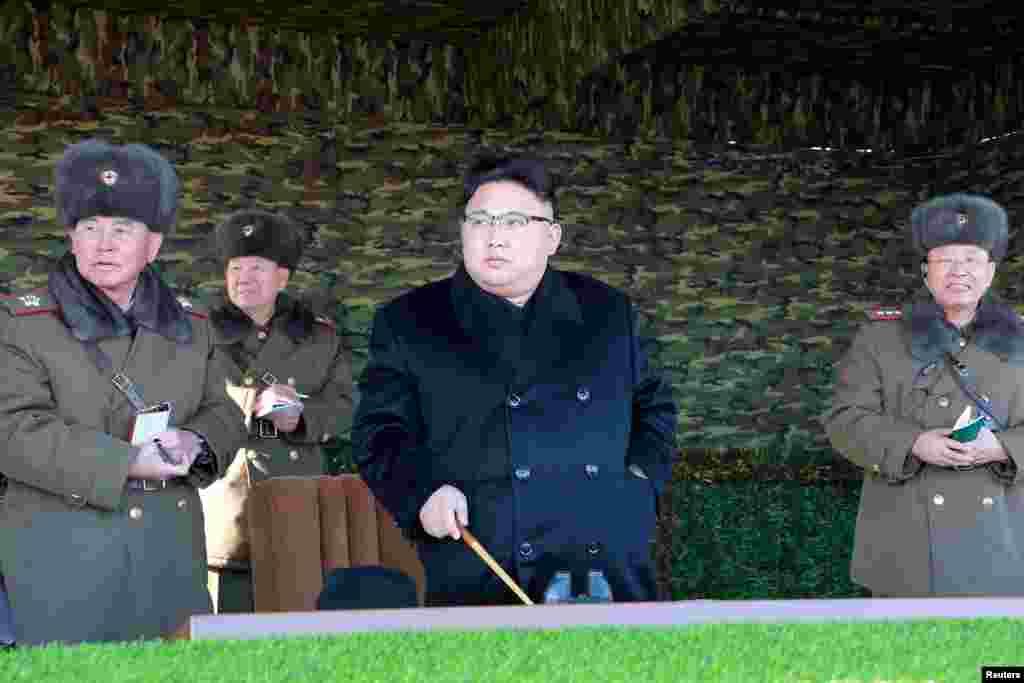 북한 김정은 국무위원장(가운데)이 105탱크사단을 찾아 탱크장갑보병연대의 겨울 도하 공격전술훈련을 지도했다고, 관영 조선중앙통신이 28일 보도했다.