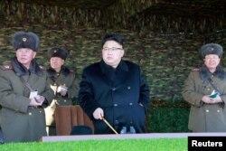 북한 김정은 국무위원장(가운데)이 105탱크사단을 찾아 탱크장갑보병연대의 겨울 도하 공격전술훈련을 지도했다고, 관영 조선중앙통신이 지난달 28일 보도했다.
