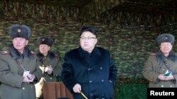 រូបឯកសារ៖ មេដឹកនាំកូរ៉េខាងជើងលោក Kim Jong Un (កណ្តាល)។