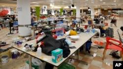 香港理工大学抗议者在校园食堂里留下的个人用品。(2019年11月21日)