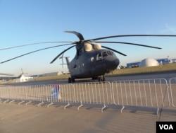 俄中重型直升机将参照俄米-26直升机研制。今年8月莫斯科航展上的米-26直升机