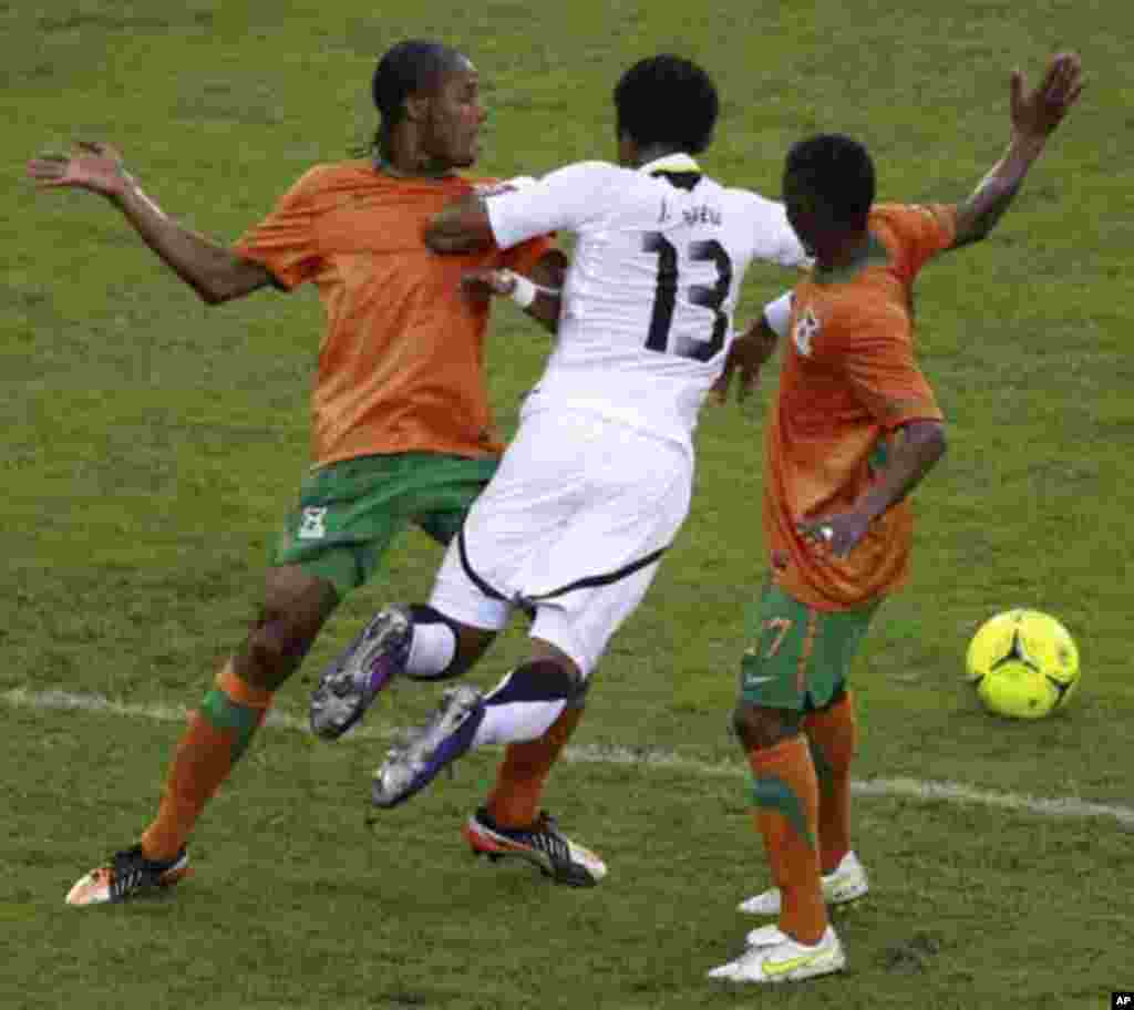"Jordan Ayew (C) of Ghana fights for the ball with Rainford Kalaba (R) and Davies Nkausu of Zambia during their African Nations Cup semi-final soccer match at Estadio de Bata ""Bata Stadium"" in Bata February 8, 2012."