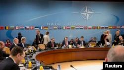 Para Menlu NATO dalam pertemuan di Brussels, Belgia sepakat menangguhkan kerjasama sipil dan militer dengan Rusia hari Selasa (1/4).