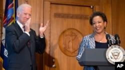27일 미국 법무부에서 로레타 린치 신임 법무장관(오른쪽)이 취임했다. 조 바이든 부통령이 취임식을 주재했다.
