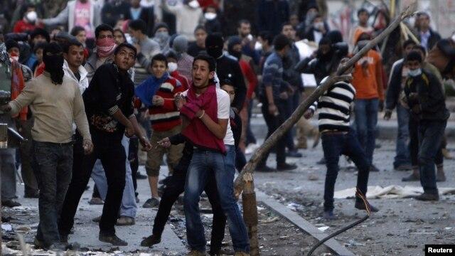 Người biểu tình chống Tổng thống Morsi ném gạch về phía cảnh sát trong vụ xô xát ở Quảng trường Simon Boliva, dẫn đến Quảng trường Tahrir ở Cairo, Ai Cập, 30/1/13