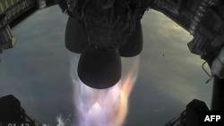 Відеокадр з трансляції SpaceX, двигуни прототипу ракету Starship під час випробувань 30 березня