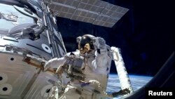 宇航員正在修理故障的氨氣泵