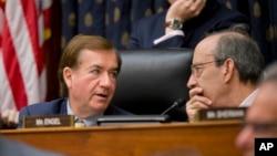 اد رویس رئیس جمهوریخواه کمیته روابط خارجی مجلس نمایندگان (چپ) و الیوت انگل عضو دموکرات این کمیته - آرشیو