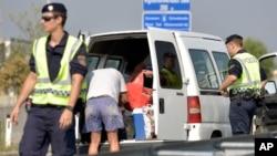 پولیس اتریش در حال تفتیش موتر ها
