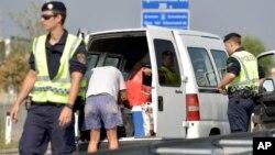 Des policiers autrichiens inspectent une camionette le 31 août 2015.