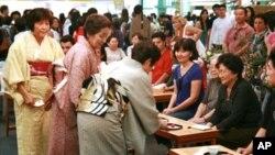 다도예법을 가르치는 일본 노인들