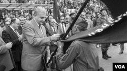 პრეზიდენტი გამსახურდია გვარდიის დროშას პოლკოვნიკ ცქიტიშვილს გადასცემს, 1991 წლის 26 მაისი