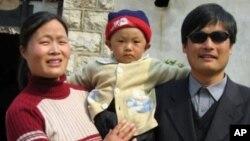 Чэнь Гуанчэн с семьей