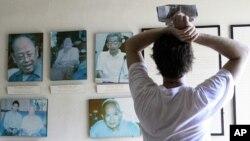 游客在金边一个博物馆里观看前红色高棉领导人的照片