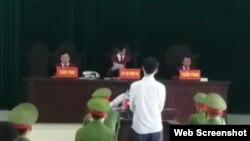 Hội đồng xét xử tuyên án ông Nguyễn Năng Tĩnh, 20/04/2020. Photo Báo Nghệ An