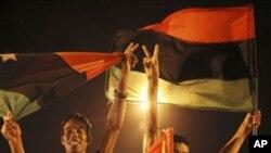 星期一利比亞反政府武裝在的黎波里綠色廣場舉行慶祝活動