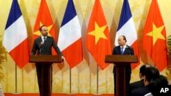 Thủ tướng Pháp Edouard Philippe (trái) và người đồng cấp Việt Nam Nguyễn Xuân Phúc tại một cuộc họp báo tại Hà Nội hôm 2/11. Trong một cuộc họp báo hôm 4/11 tại TP HCM, Thủ tướng Philippe đã né tránh các câu hỏi về nhân quyền của phóng viên.International Convention Center in Hanoi, Nov. 2, 2018.