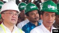 Gubernur Jakarta Joko Widodo (kanan) dan Direktur Utama PT. MRT Dono Bustami dalam peresmian dimulainya proyek pembangunan kereta transportasi massal cepat itu (10/10). (VOA/Iris Gera)