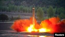 북한은 지난 14일 새로 개발한 지대지 중장거리 전략 탄도미사일 '화성-12'형의 시험발사를 진행했다고 조선중앙통신이 15일 전했다.