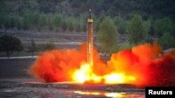 북한이 지난 5월 중장거리 전략 탄도미사일 '화성-12'형 시험발사 장면을 공개했다. (자료사진)