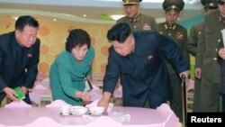 북한 김정은 국방위원회 제1위원장이 완공된 평양 육아원과 애육원을 현지시찰했다고 조선중앙통신이 26일 보도했다. 김정은 제1위원장이 지팡이를 짚고 활동하는 모습이 담겨 있다. 사진 촬영 날짜는 밝히지 않았다.