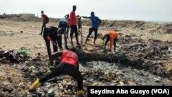 Les jeunes nettoient la plage et les airs de jeux de Bargny à Dakar, le 28 décembre 2020. (VOA/Seydina Aba Gueye)