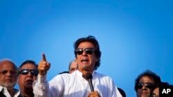 عمران خان په پارلمان کې دریم لوي سیاسې قوت لری او دی دا تور لگلوې چې په تیرو انتخاباتو کې د نوازشریف له خوا درغلې شوې وه. هغه په انتخاباتې سیسټم کې د اصلاحاتو راوستلو ورسته د نویو انتخاباتوغوښته کوي.
