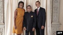 Ngoại trưởng Ấn Độ S.M. Krishna (giữa) cùng Tổng thống và đệ nhất phu nhân Obama tại Bảo tàng Metropolitan ở New York