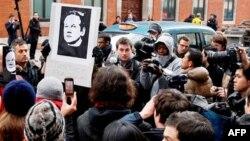 Nhóm 'Ẩn danh' gọi người sáng lập Wikileaks, Julian Assange, là anh hùng đối với tự do ngôn luận.