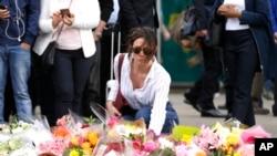 Flores no local do ataque, 5 de Junho, 2017.