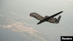 "Američki bespilotni avion, takozvani ""dron"", tipa RQ-4 Global hok"