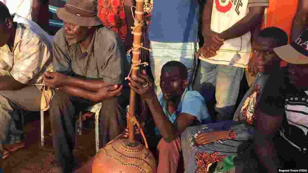 De jeunes musiciens traditionnels venus arranguer la foule sur la place des martyrs dans le quartier Tampouy dans le nord-ouest de Ouagadougou où plusieurs milliers de personnes se sont réunies pour commémorer le 28eme anniversaire de l'assassinat de Thomas Sankara, le père de la révolution burkinabè mort le 15 octobre 2015. (VOA/Bagassi Koura)